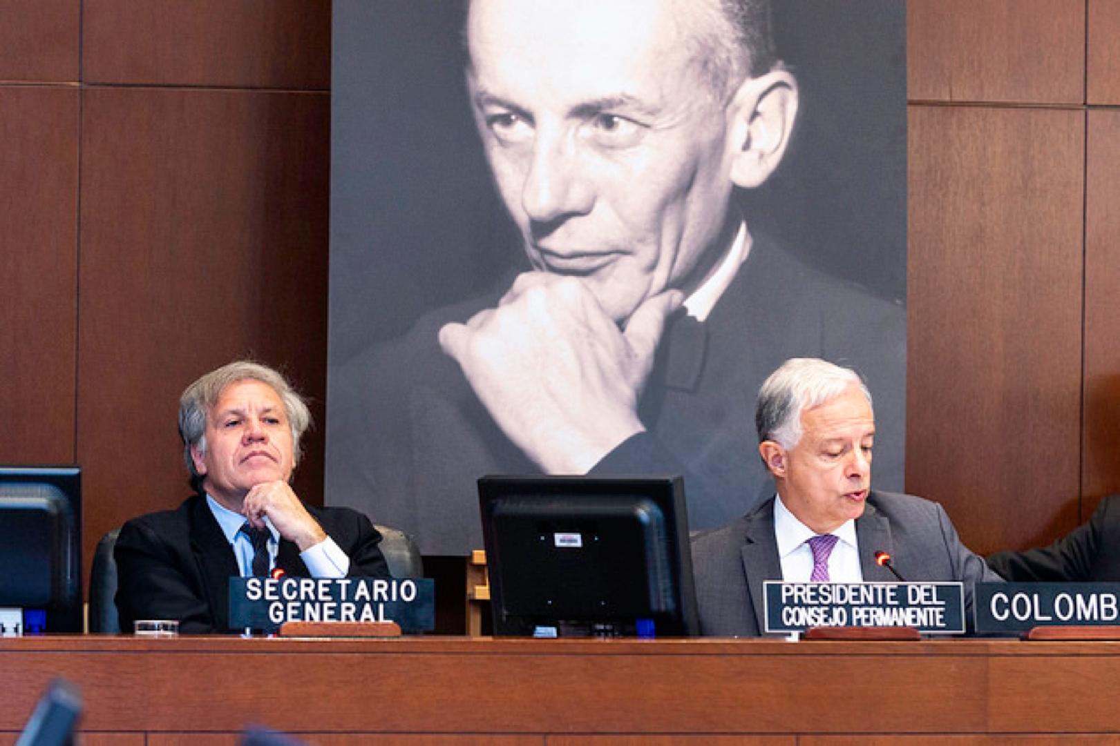 De izquierda a derecha: Luis Almagro, Secretario General de la Organización de Estados Americanos; Andrés González Díaz, Presidente del Consejo Permanente de la Organización de Estados Americanos en Sesión Extraordinaria del Consejo Permanente. Washington, D.C., abril 30 de 2018. Foto: OEA